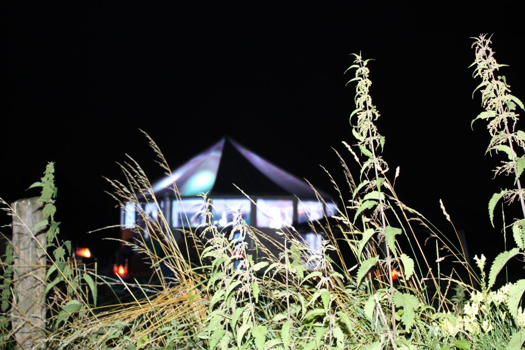 Schirmbar bei Nacht